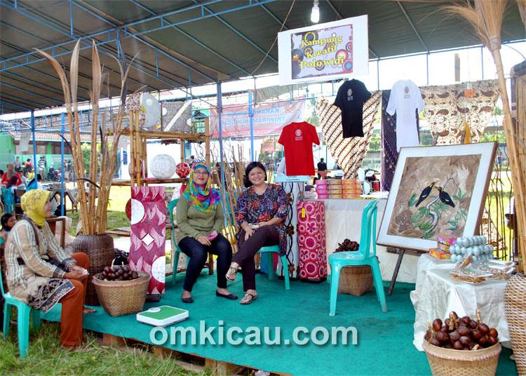 Peserta pameran produk unggulan: Ada salak pondoh, lukisan, batik, dan lain-lain.