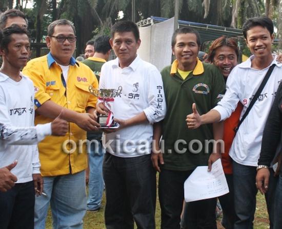 Bang Boy menyerahkan trofi juara umum kepada Chandra (tengah, baju putih) sebagai juara umum SF.