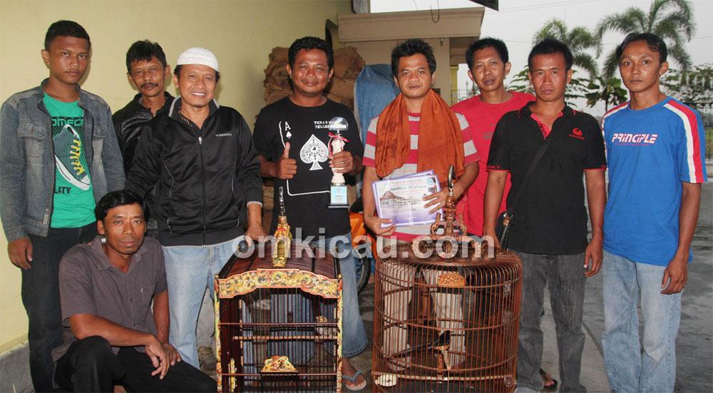 Sucopto (berpeci) bersama kru Aksi Kartasura dan MB New Firdaus.