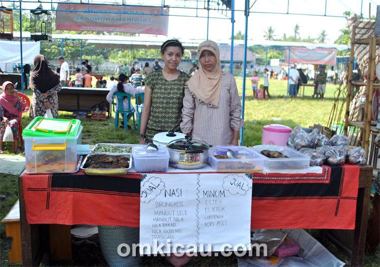 Warung warga menyediakan aneka menu makanan dan minuman khas.