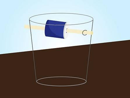 Pasang kaleng dengan memasukan tongkat kesetiap lubang dari ember