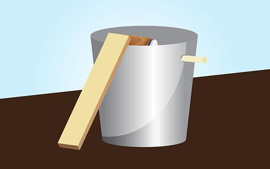 Pasangkan kayu disamping ember