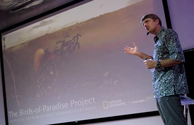 Tim Laman seorang fotografer alam liar yang juga seorang ilmuwan biologi berbagi cerita pengalaman mendokumentasikan burung khas Papua | Foto: satuharapan.com