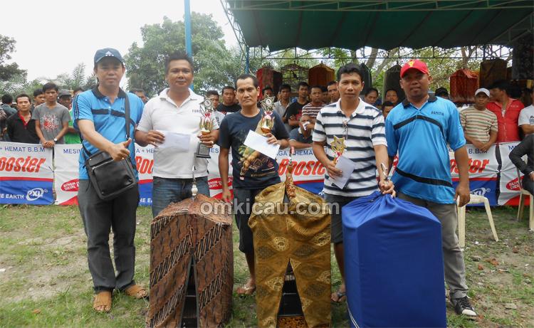 Arun (kiri) bersama pemenang kacer utama