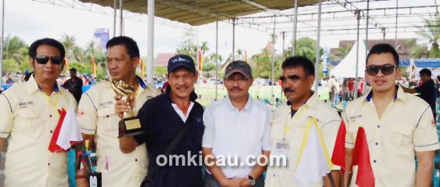 Fredy (kaos biru) bersama trofi Liga Sumatera