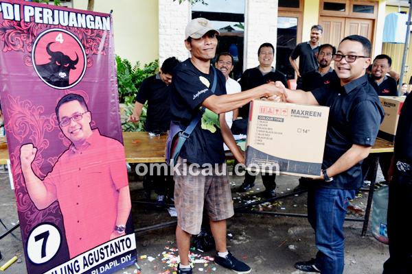 Pulung Agustanto Menyerahkan Doorprice Utama