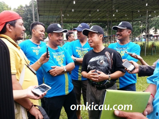 Didampingi Om Ari Suprawadi dan pengurus KM lain - Walikota Depok menjawab pertanyaan wartawan