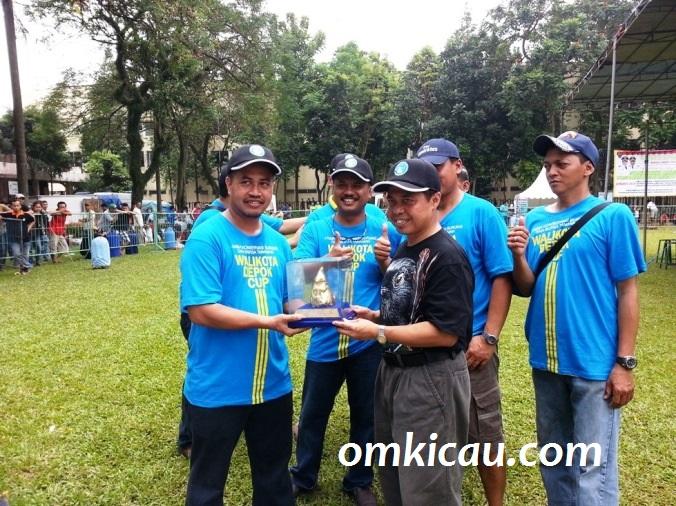 Penyerahan Piala dari salah satu DP KM - Ari Suprawadi kepada Walikota Depok, Dr Ir H Nur Mahmudi Ismail MSc