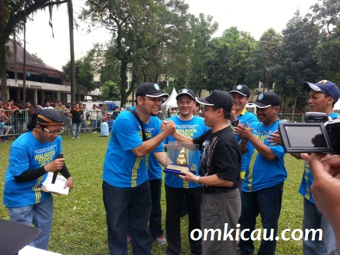 Penyerahan Piala dari Walikota Depok, Dr Ir H Nur Mahmudi Ismail MSc, kepada Ketua Panitia - Renan KM