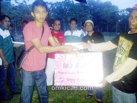 Antok menerima trofi juara umum