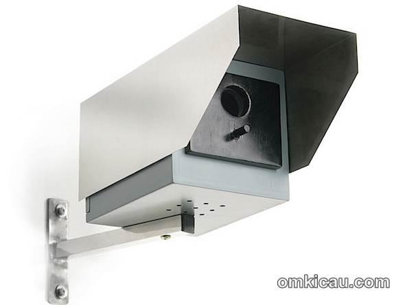 Tempat sarang berbentuk CCTV yang memiliki dua fungsi, sebagai sarang burung dan sebagai kamera tipuan