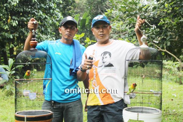 Ki Ronggo (kanan) orbitkan lovebird Maya