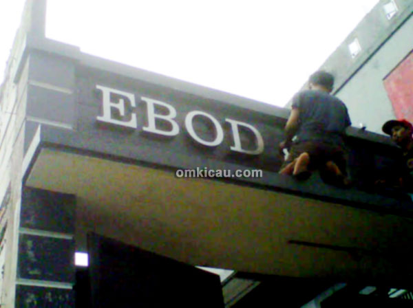 Pemasangan logo Ebod Jaya Farm
