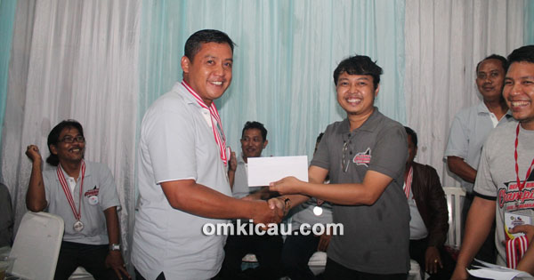 Ujang Basir (kiri) terpilih jadi juri terbaik, terima penghargaan dari RG Bayu