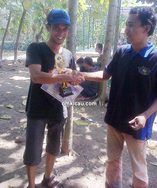 Om Jun (kiri): Murai batu Leher Beton juara 1 Kelas Ketupat