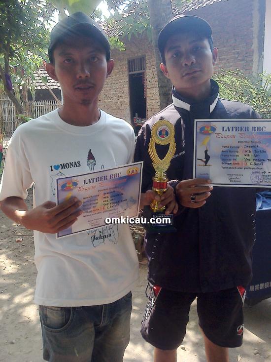 Mr Ari (kiri), pemilik murai batu Jokowi