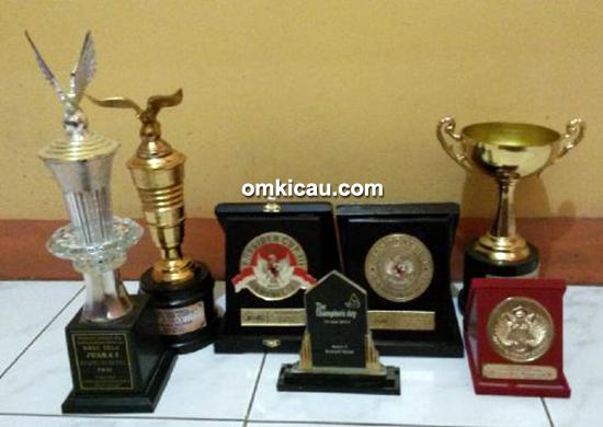 Sejumlah trofi kemenangan kenari Belahan Jiwa Jr
