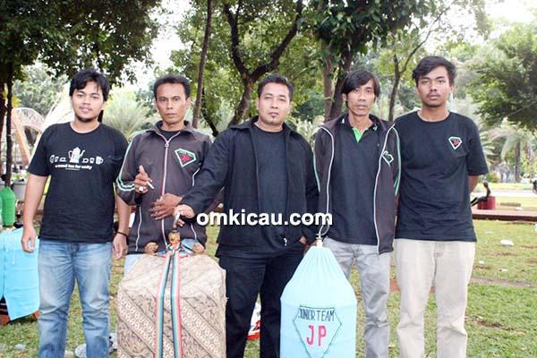 Jhonpur (tengah) sukses di kelas cucak hijau, melalui Dolpino.