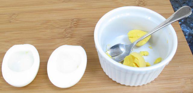 Telur rebus yang diambil bagian kuning telurnya saja