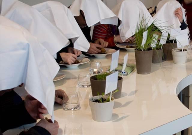 Tradisi memakan ortolan sambil menutup kepala mereka dengan serbet putih