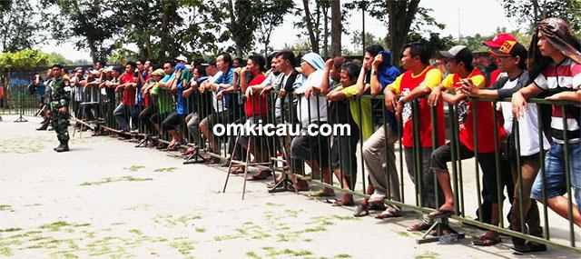 Penonton dan peserta tetap tertib