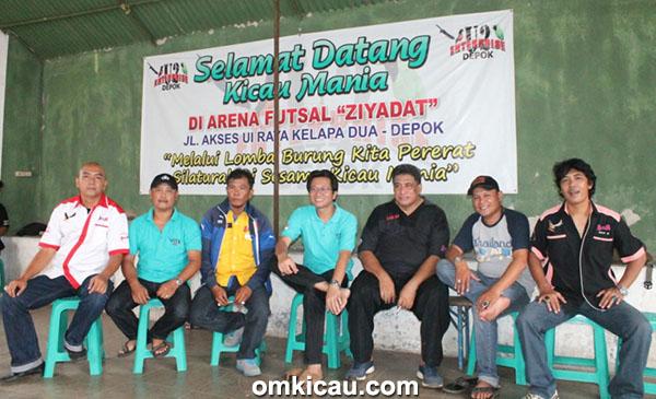 Foto Latber U2 Enterprise Om Erlangga (tengah baju biru) Panitia dan Juri-5