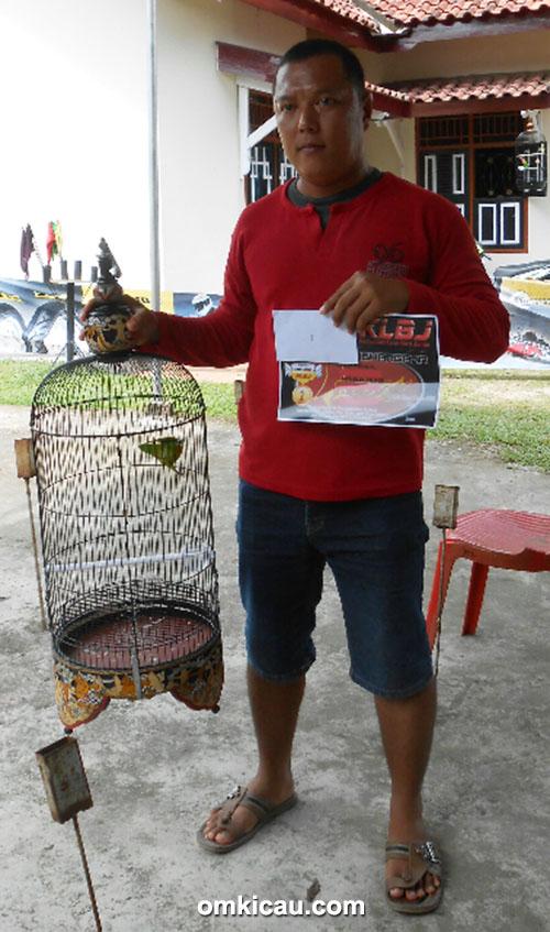 Latpres KLBJ Jambi - Om Aak Gede mengawal lovebird Momo milik Juniadi.