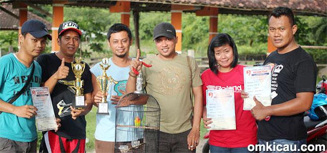 Latpres Arjuna Team - Mr Kobo (kanan) moncer bersama lovebird Kijang G.