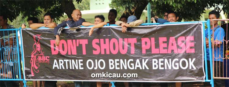 "Spanduk bertuliskan ""Don't Shout Please"" alias Ojo Bengak-Bengok."