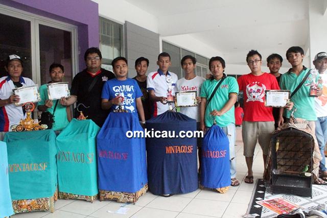 Om Nanda (3 kiri) Wintaco SF menang di kelas cucak hijau dan murai batu