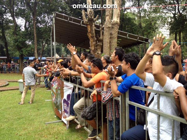 Penonton memberi aplaus untuk LB Kusumo