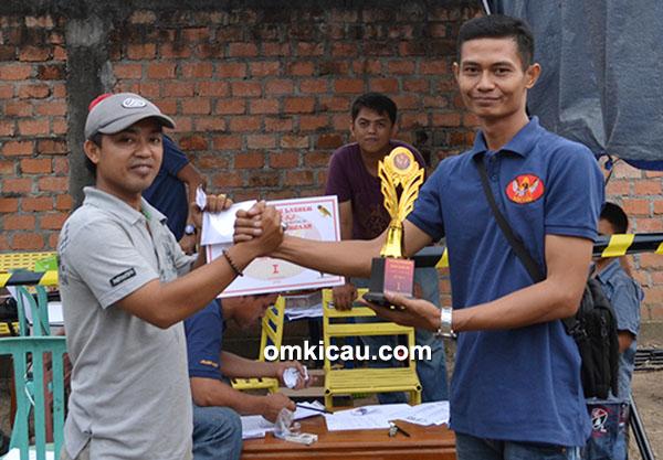 Supry Dempo serahkan trofi kepada Rehan, juara 1 lovebird
