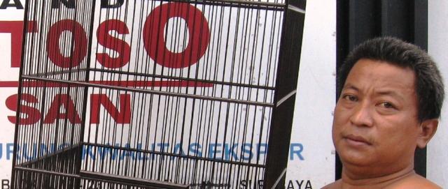 Om Witoyo Santoso, sangkar kohsan asli hanya bisa dibeli di workshopnya.