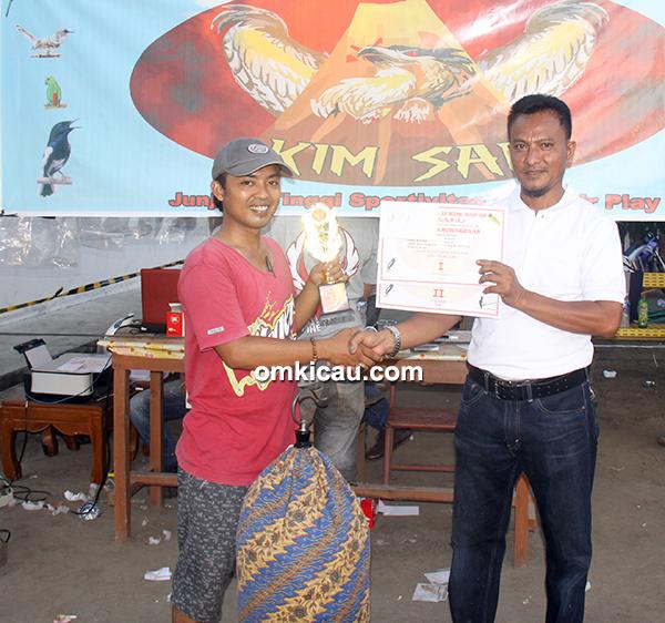 Kim-San SF – juara 1 lovebird Bintang, diiserahkan Kyai Sukri