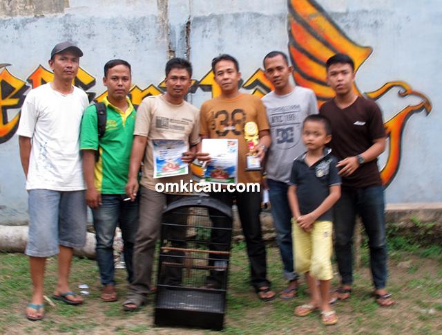 Om Selamet Polongan (3 kiri) – KT Dokter nyeri juara 1