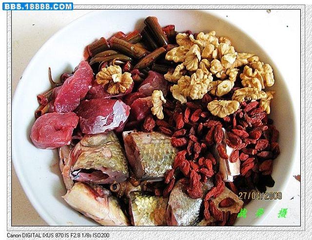 Daging belut yang dicampur bersama bahan lain untuk membuat pakan racikan