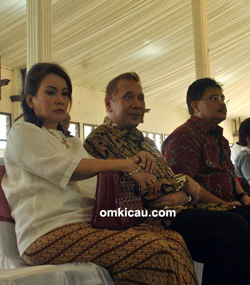 Ketua DPRD Jateng (tengah) bersama istri dan Bona Ventura