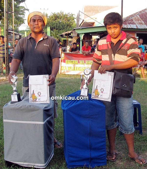 Om Nico (kanan) mengawal kacer Rock Star. Juara 2 diraih Jarwo milik Om Sabar (kiri).