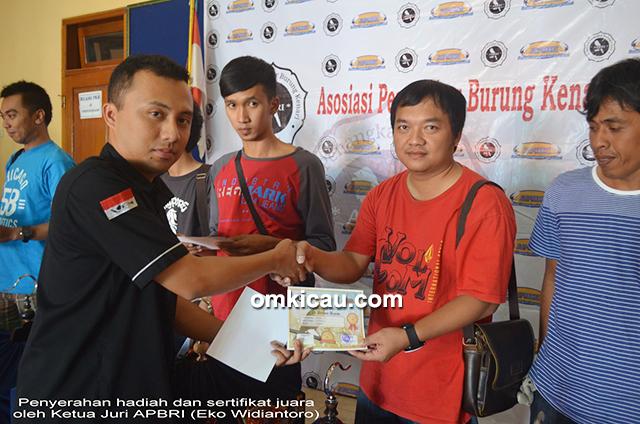 Penyerahan sertifikat juara