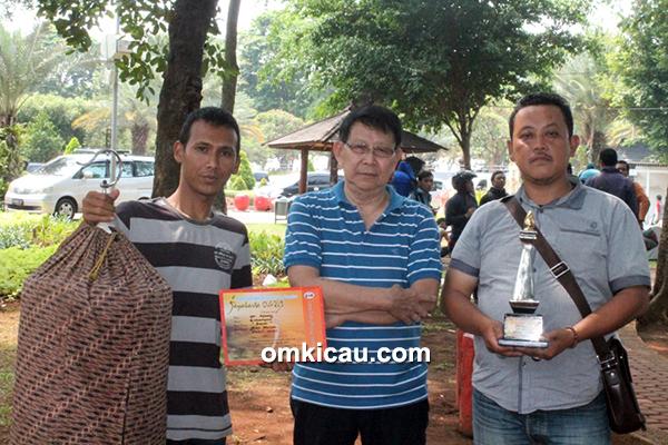 Om Afung Cikampek (tengah) -AM Sinar juara 1
