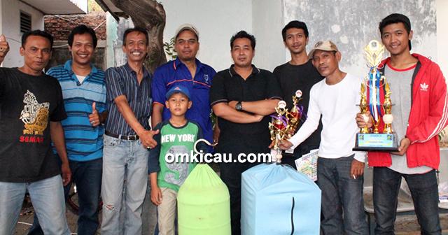 Om Jhonpur (4 kanan) – Cucak hijau Dolphino dua kali juara 1