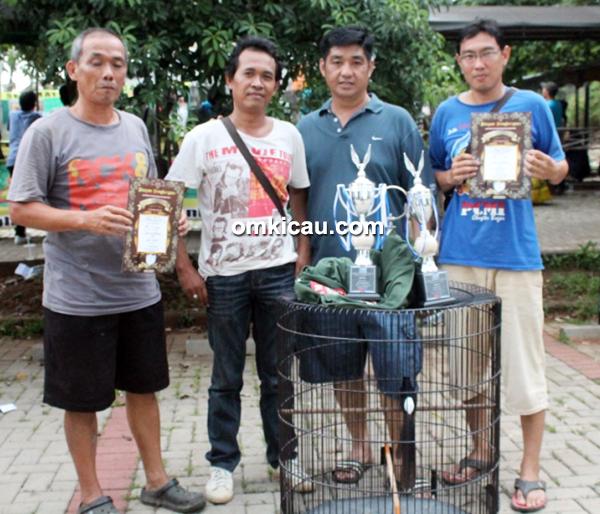 Mr Wandi (2 kanan) sukses bersama murai batu Sopo Jarwo