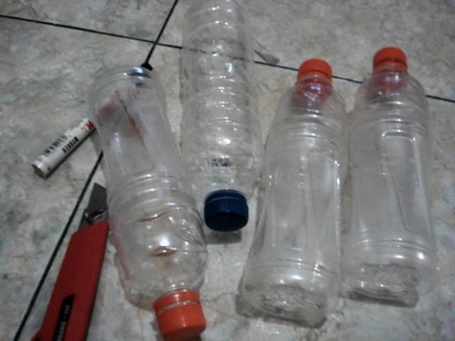 Bahan yang digunakan terdiri dari botol bekas, pisau cutter dan spidol