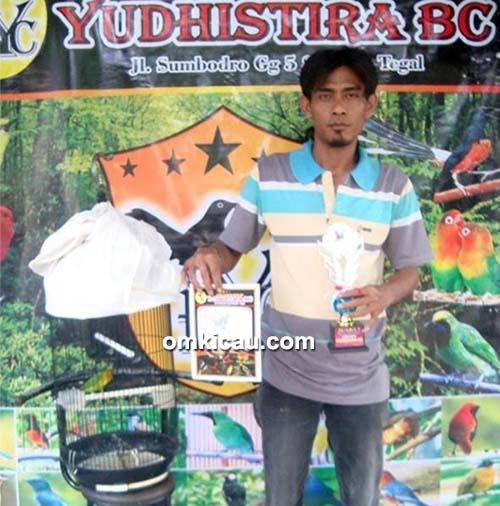 Om Tri Joko dan lovebird Elang Bengkok