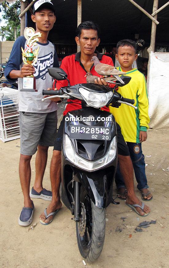 Om Memed (tengah) bersama Tole Junior
