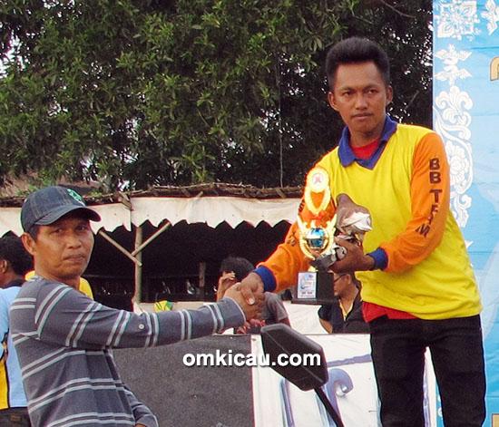 Om Elbo (wakil ketua) menyerahkan hadiah kepada juara 2