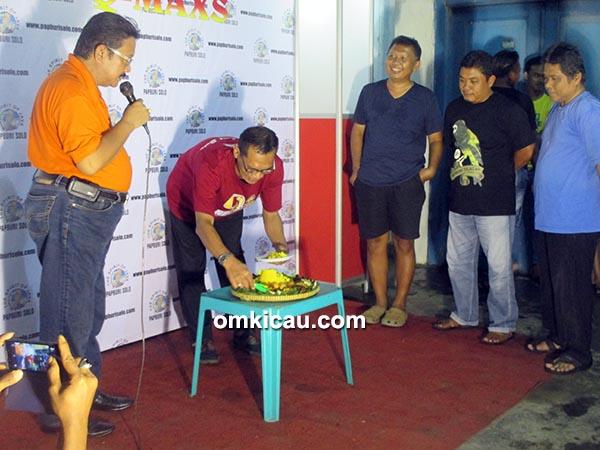 Acara potong tumpeng dalam rangka 9th Anniversary Papburi Solo.