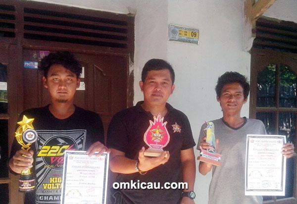 Om Gugun dan Om Ipul Sangkar (kanan) dari Kurawa 220 V