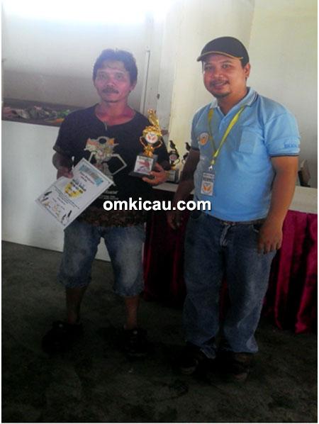 Om Ponawi (kiri), pemilik kacer Ronggolawe