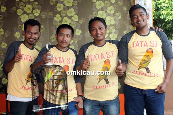 Om Tata (2 kiri) bersama rekan-rekan dan lovebird Zuviter